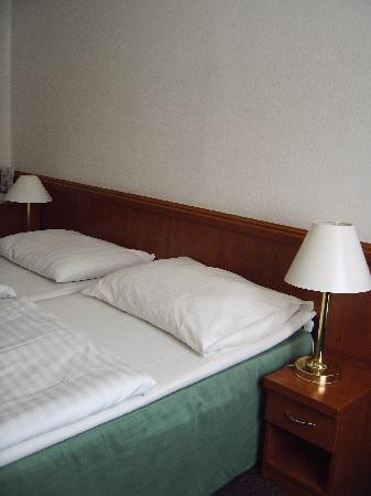 Hotel Olympik Tristar: Clean room with a minibar