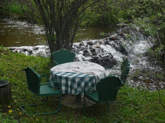 Call of the Canyon Cabins: Table by the creek