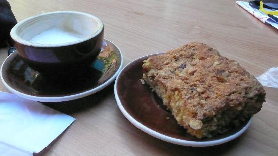 Linnaea's Cafe: cappucino and coffee cake