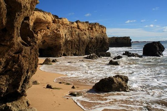 Albufeira, Portekiz: along the coast
