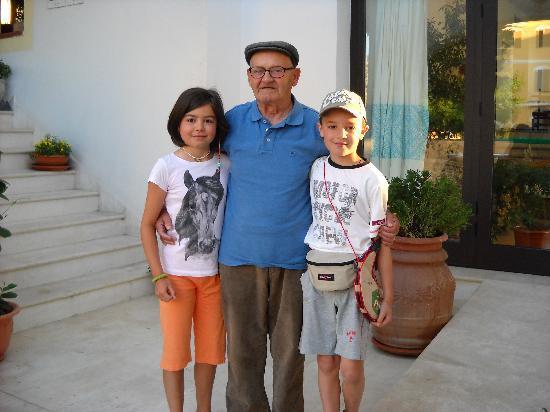 """Hotel Sortale: i nostri bimbi con """"nonno"""" Salvatore"""