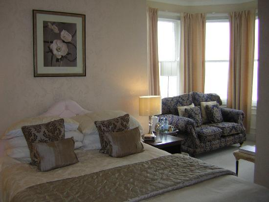 Morwendon House: Great room with beautiful sea view