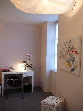 Hotel Via Mokis : Desk with orchid