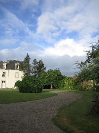 Manoir de la Thebline : 敷地内の庭は散策に最適