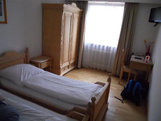 Creatif Hotel Elephant: Nice clean twin room with cute furniture.