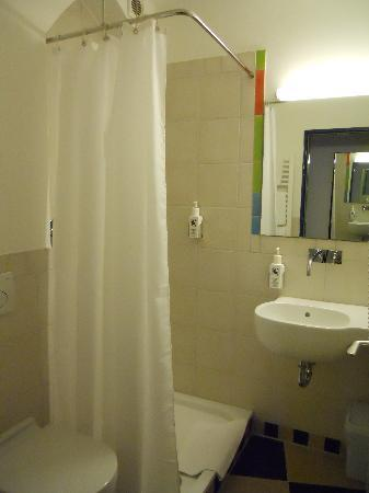 Creatif Hotel Elephant: Bathroom is small but functional and very clean!