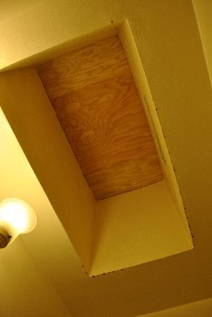 El Cordova Hotel: bathroom ceiling @ $200/night