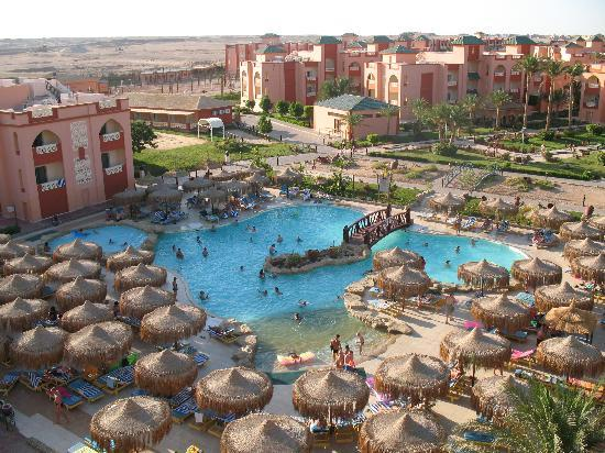 Primasol Albatros Resort: pool area with desert outside fence