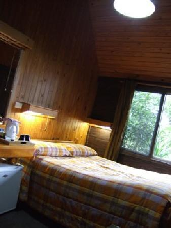 Beechmont, Australia: our cozy room and bed