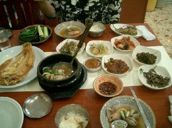Ramada Plaza Jeju Hotel: ホテル近くの海鮮料理店の料理ズラリ
