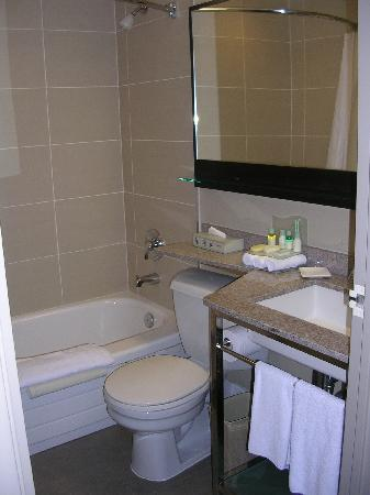 Toronto Airport West Hotel: nice bathroom