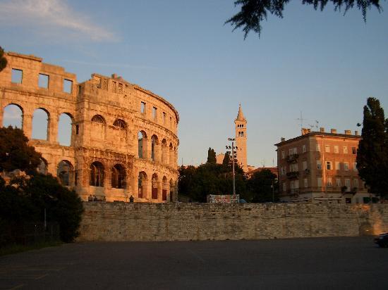 Pola, Croazia: Amphittheater und Stadt