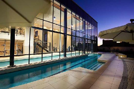 The Regent Luxury Apartments: Heated in- and out door pool