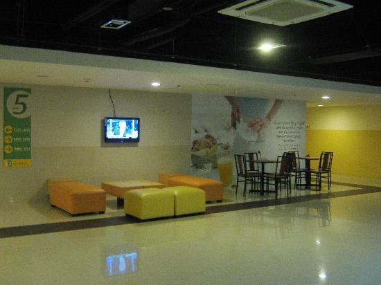 Go Hotels Mandaluyong: Lounging and Dinning Area