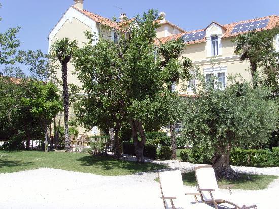 Chateau La Tour Apollinaire: Pool