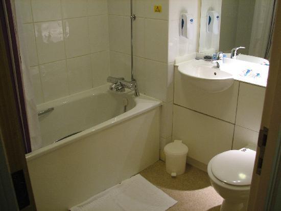 Premier Inn Derby West: Bathtub