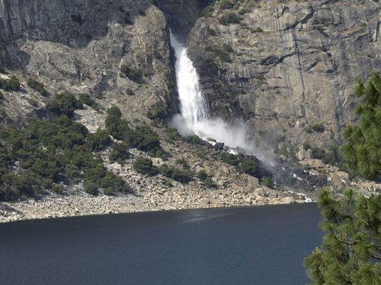 Groveland, Californie : Waterfall in Hetch Hetchy