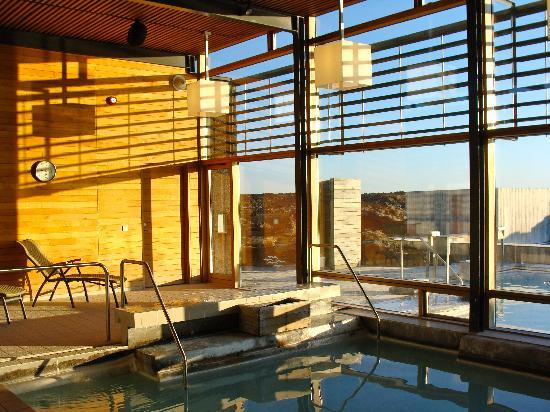 Silica Hotel: In door pool at sunset