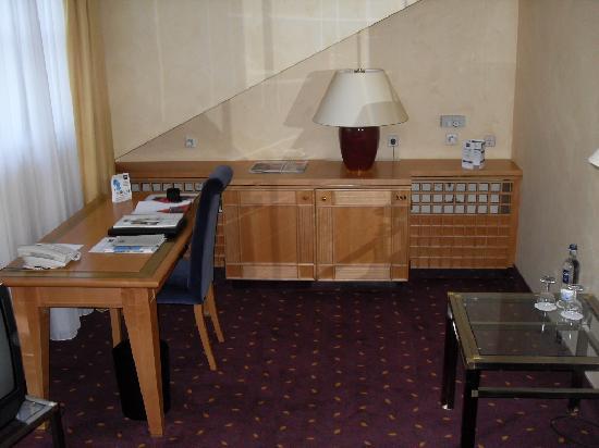 Dorint Hotel Venusberg Bonn: Schreibecke und Sideborad mit integrierter Zimmerbar