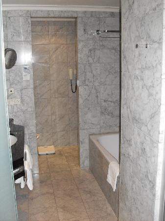 Dorint Hotel Venusberg Bonn: Ein Traum in Marmor mit Badewanne UND Dusche, perfekt!