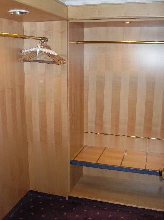 Dorint Hotel Venusberg Bonn: Der begehbare Kleiderschrank ist so groß wie andernsorts die Badezimmer...