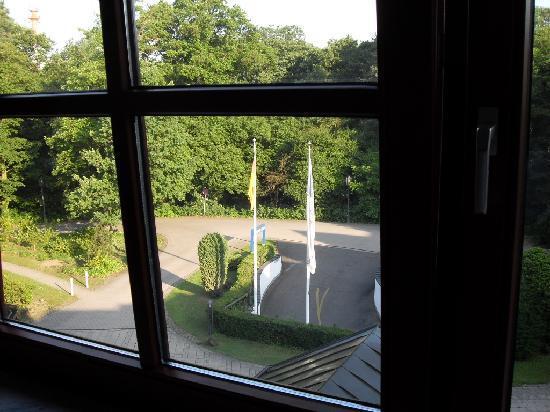 Dorint Hotel Venusberg Bonn: Blick aus dem Zimmer auf den Innenhof mit Vorfahrt zum Hotel und Einfahrt in die Tiefgarage