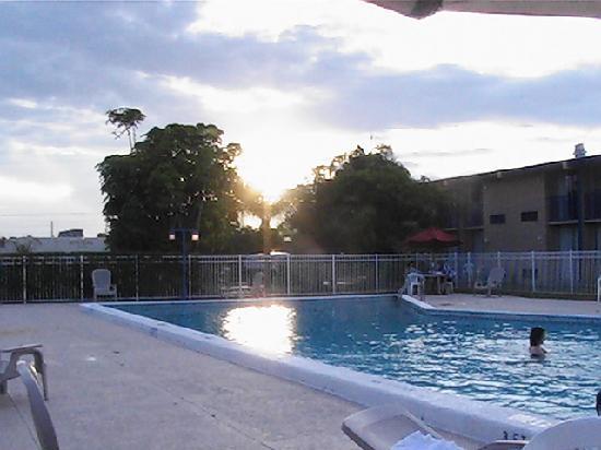 Quality Inn Stuart: Sunset over the pool