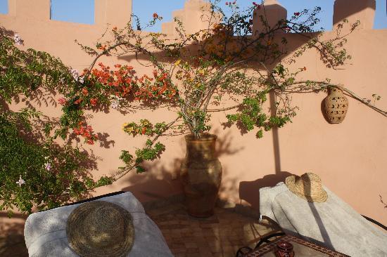 Bain de soleil au bord de la piscine picture of riad aya for Au bord de la piscine