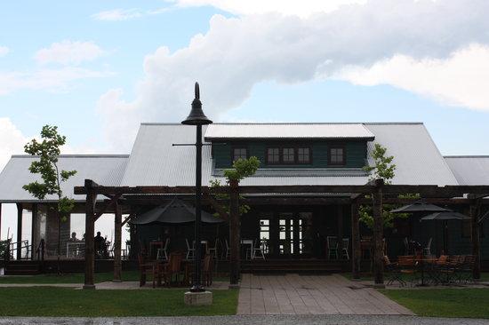 Ravine Vineyard Estate Winery: Dining building