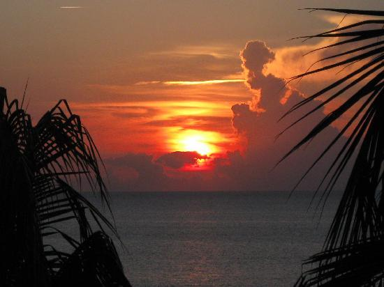 Grand Cayman Marriott Beach Resort: Typical sunset from our oceanfront balcony