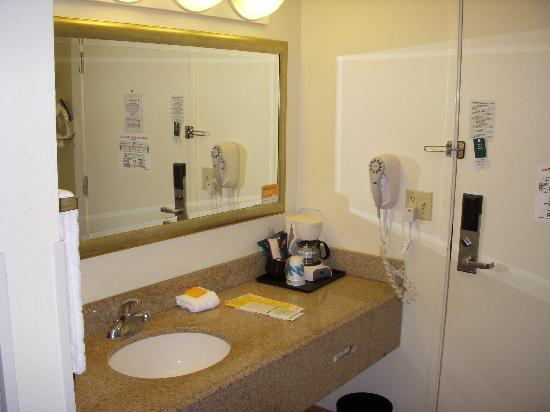 La Quinta Inn & Suites Tampa Brandon West: bathroom area