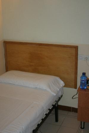 Hostal Residencia Rembrandt: The bed