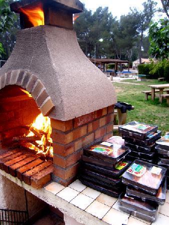 Camping les grands pins le castellet var voir les for Barbecue exterieur