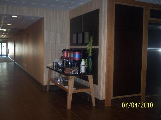 Hampton Inn & Suites Smithfield : lobby coffee, tea and cocoa