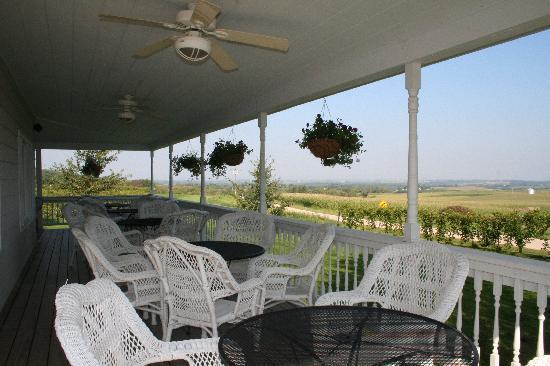 Galena Cellars Winery & Vineyard: The restful deck/ porch