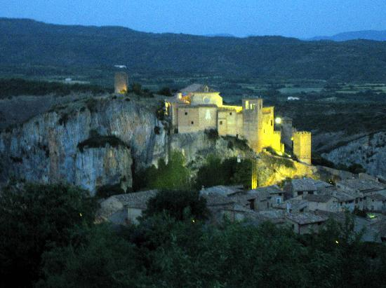 Hotel Santa Maria de Alquezar : Castle at night