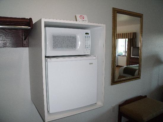 Holiday Inn Express Hotel & Suites Elkins: Microwave and Refridgerator
