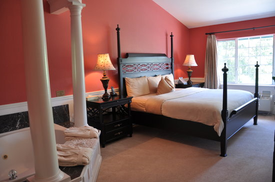 Leavenworth Village Inn: bedroom and spa area