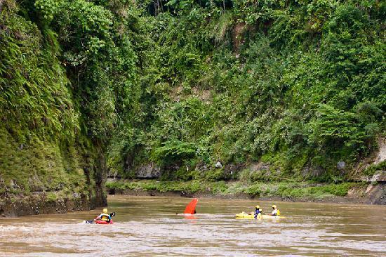 Yogyakarta, Indonesien: Kayaking on Progo river with Kisik River Camp