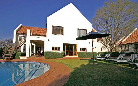 Budmarsh Country Lodge: Soak up the African sun next to the pool