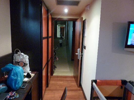 Royal Nayef Hotel: La entrada de la habitacion que daba a la zona de estar