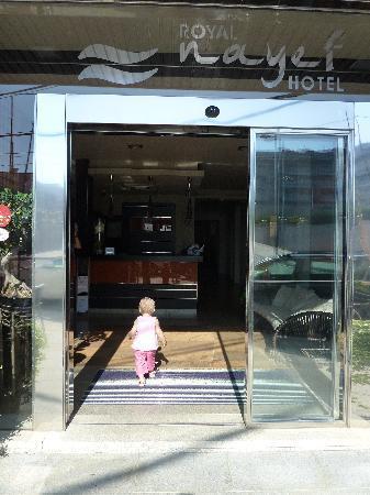 Royal Nayef Hotel: La entrada del hotel