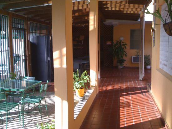 El Patio Guest House: Outside rooms.
