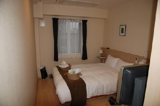 Arietta Hotel Osaka: lovely room, baskets with amenities