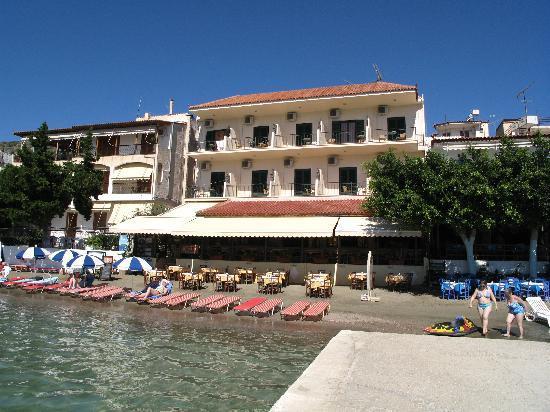 Hotel Taverna Romvi: Hotel Romvi from jetty outside