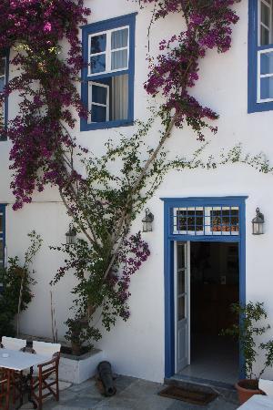 Ippokampos Hotel: The front door of the hotel
