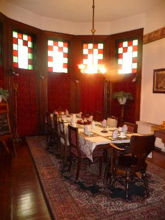 1884 Wildwood Bed and Breakfast Inn : Beautiful dinning room filled with lot of interesting people