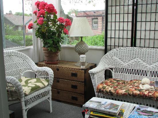 إقامة وإفطار بفندق أون برودواي: We loved the porch off our room!