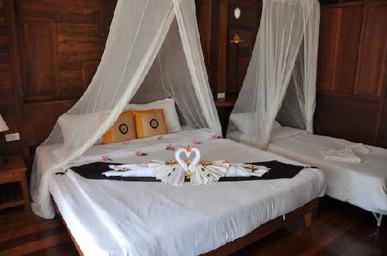 Koh Ngai Thanya Beach Resort: Bungalow innen