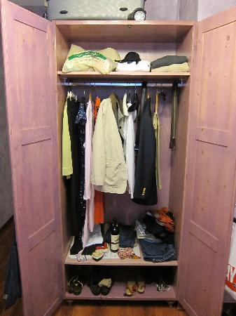 Cromata Rooms: Pack light, that's all your closet space!